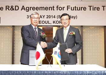 Kumho and Yokohama execs shake hands
