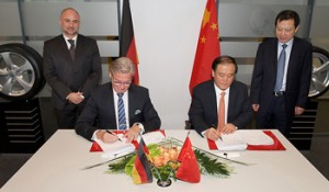 Signing of Michael Egner, Hefei plant manager, with Wang Jie, deputy director Administration Committee of Hefei State Hi-tech Industry Development Zone, and Burkhardt Koeller with Han Bing, deputy mayor of Hefei.
