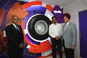 Onkar Kanwar shakes hands with Shankar Gupta, proprietor of the first Apollo CV Zone; standing on the left is Satish Sharma, chief of Apollo Tyres India Operations.
